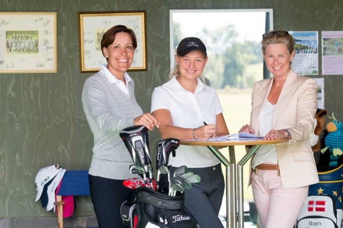 Emily Pedersen with Iben Tinning and Eva Stub Fischer signing the Management Contract